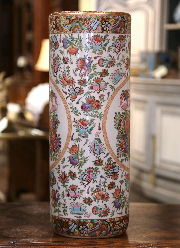 Mid-20th Century Chinese Painted & Gilt Rose Medallion Porcelain Umbrella Stand In Excellent Condition For Sale In Dallas, TX