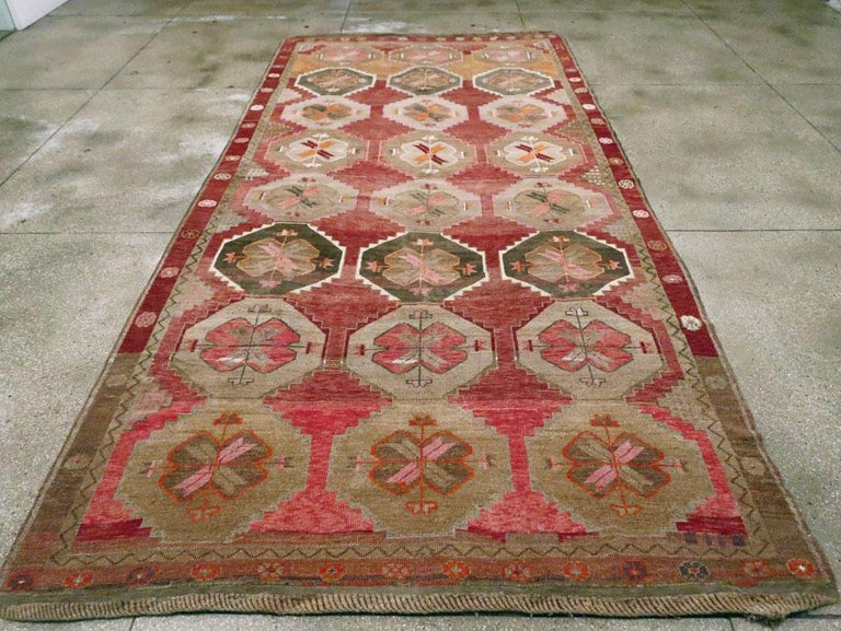 Mid-20th Century Handmade Turkish Anatolian Room Size Gallery Carpet In Good Condition For Sale In New York, NY