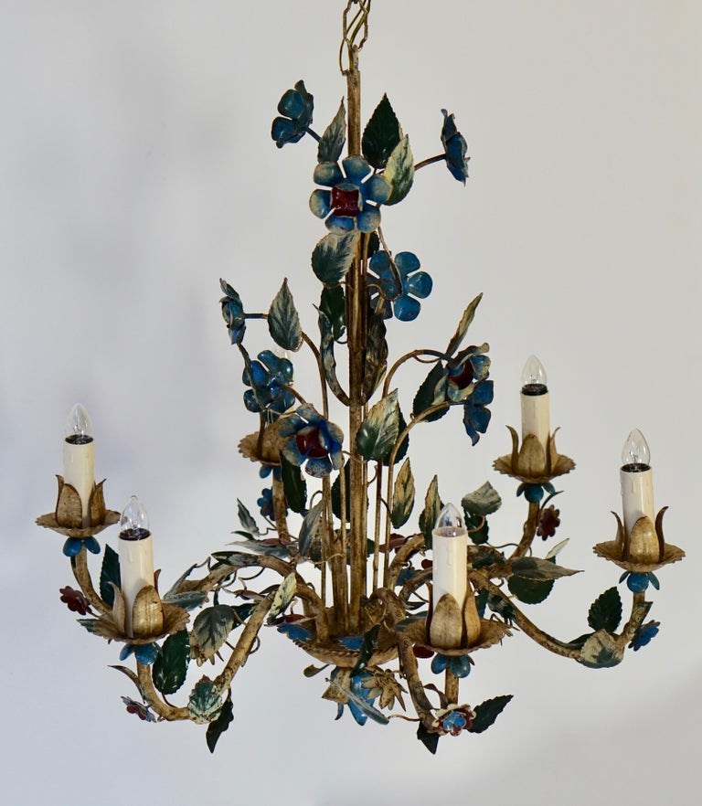 Mid-20th Century Italian Painted Iron and Tole Chandelier with Flowers In Good Condition For Sale In Antwerp, BE