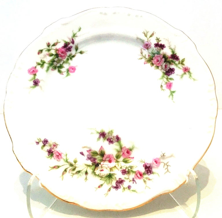 Mid-20th century Japanese twenty-two-piece hand painted porcelain and 22-karat gold dinnerware,