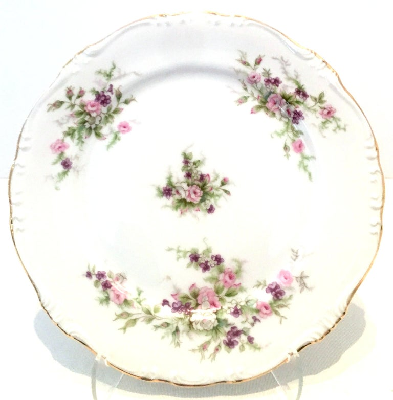 Mid-20th Century Japanese Porcelain and 22-Karat Gold Dinnerware S/22 by, Japan In Good Condition For Sale In West Palm Beach, FL