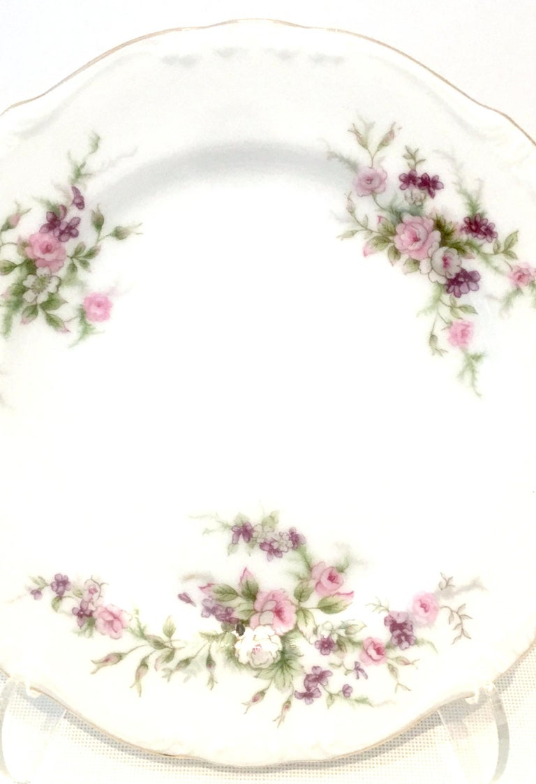 Mid-20th Century Japanese Porcelain and 22-Karat Gold Dinnerware S/22 by, Japan For Sale 1