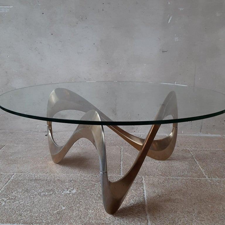 Midcentury coffee table by designer Knut Hesterberg from 1965. The organically shaped 'movement' in the aluminum base is beautifully visible under the large round glass top. This 1960s coffee table is super stylish in interiors such as Mid-Century