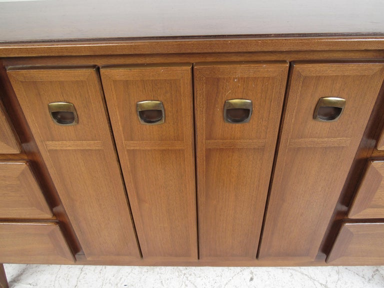 Midcentury American of Martinsville Dresser and Nightstands In Good Condition For Sale In Brooklyn, NY