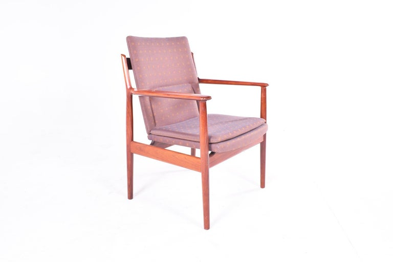 1960s Arne Vodder fabric and rosewood armchair with solid rosewood frame and original fabric upholstery. Renewed rosewood frame. Fabric in good condition. Manufactured by Sibast Furniture, model 431.
