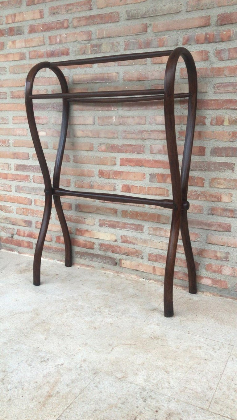 A good large Mid-Century Modern bentwood clothes/towel rail, the twin turned top rails supported on scroll brackets, raised on turned uprights with a central rail.
