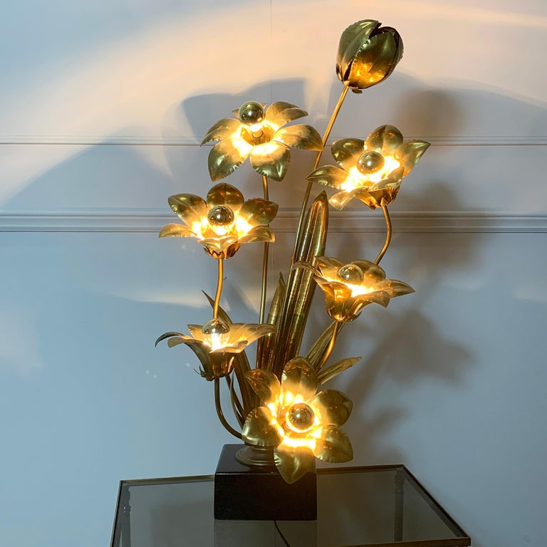 Midcentury brass flower table lamp, France, 1970s Stunning large lamp depicting 5 flower heads and a bud Height 80cm, width 48cm, depth 32cm, base 16.5 x 14.5cm The flowers each have a single lamp holder to the centre There are broad brass