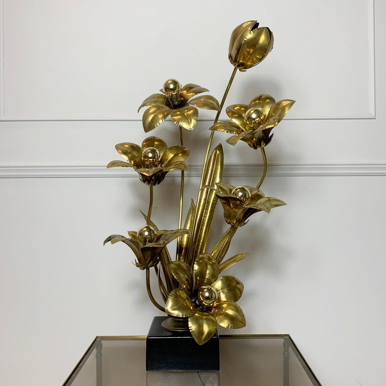 Midcentury Brass Flower Table Lamp, 1970s In Good Condition For Sale In Hastings, GB