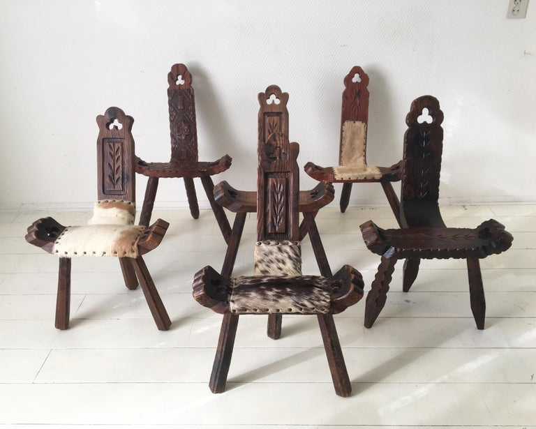 6 gorgeous pieces available. (2 completely in wood, one in wood and leather and 3 with hide). The chairs/stools are in good condition, with some signs of age and use (see: images). The chairs feature a patented fixing device (see: image). Easy to