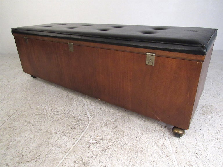 Midcentury Cedar Chest by Lane Furniture Co. In Good Condition For Sale In Brooklyn, NY