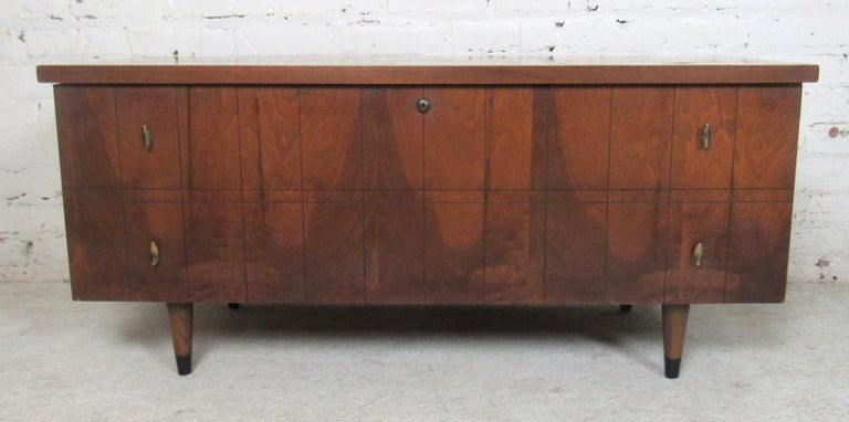 Low trunk with cedar wood inside and Mid-Century Modern style outside. Made by Lane Furniture.