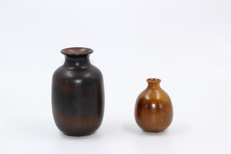 A set of two ceramic vases by Egon Larsson, potter at Höganäs Keramik. The vases are likely made in the 1950s and both are in very good vintage condition. The large one measures 17 x 10 cm and the maller 11 x 7 cm.