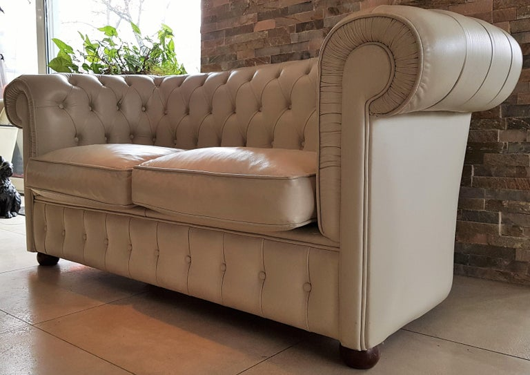 Midcentury Chesterfield Sofa Loveseat White Leather In Good Condition For Sale In Saarbruecken, DE