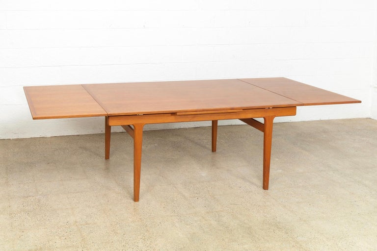 Midcentury Danish Modern Henning Kjaernulf Extendable Dining Table, 1960s In Good Condition For Sale In Detroit, MI