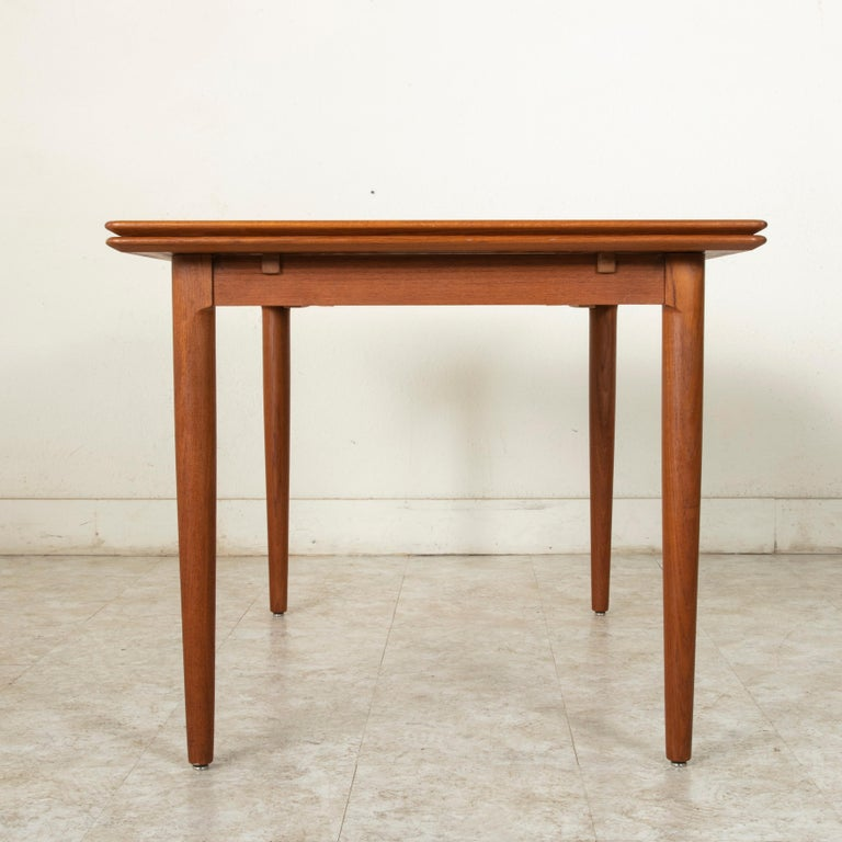 Midcentury Danish Modern Teak Dining Table with Draw Leaves In Good Condition For Sale In Fayetteville, AR