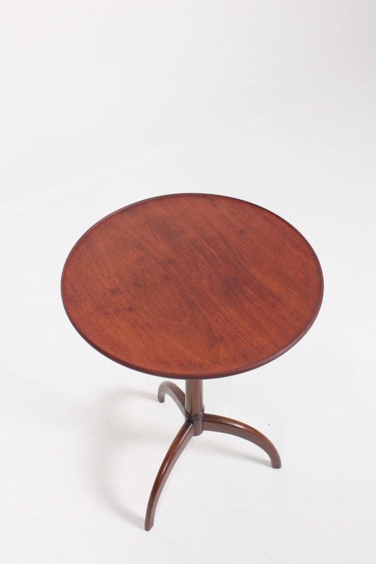 Elegant side table in mahogany by designer and cabinetmaker Frits Henningsen. Made in Denmark, circa 1945. Great original condition.