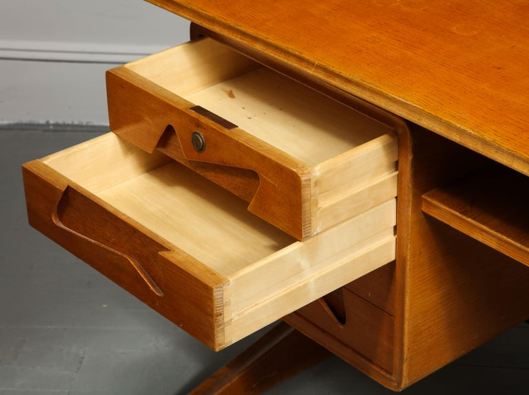 Mid-Century Desk in the Manner of Gio Ponti, Italy, circa 1950s For Sale 3