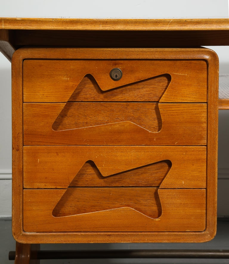 Mid-Century Desk in the Manner of Gio Ponti, Italy, circa 1950s In Good Condition For Sale In New York City, NY