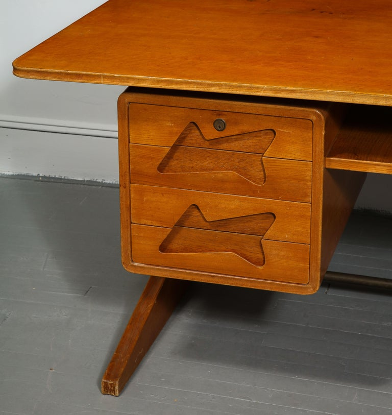 Mid-Century Desk in the Manner of Gio Ponti, Italy, circa 1950s For Sale 2