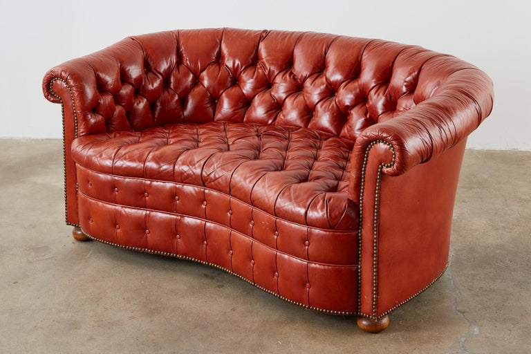Midcentury English Chesterfield Style Curved Leather Settee In Good Condition For Sale In Rio Vista, CA