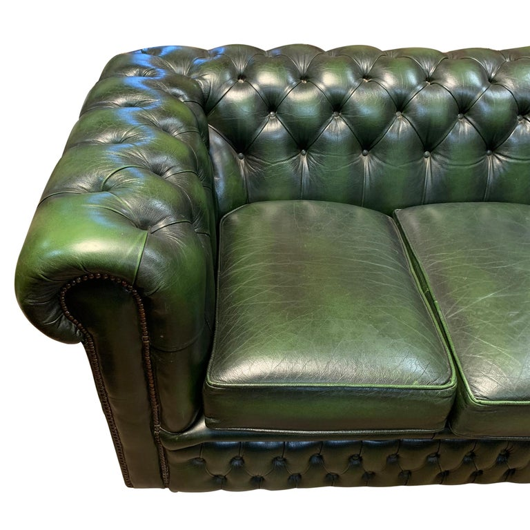 Midcentury English Emerald Green Chesterfield Sofa In Good Condition For Sale In Chicago, IL