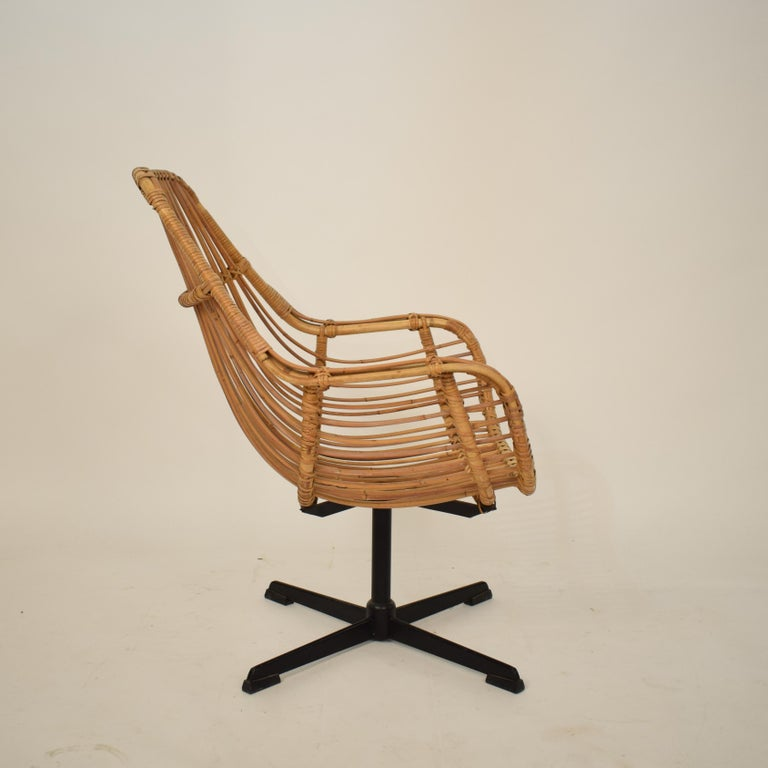 Midcentury French Rotatable Rattan Armchair with Black Metal Base For Sale 4