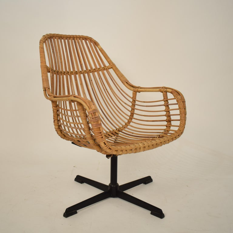 Midcentury French Rotatable Rattan Armchair with Black Metal Base For Sale 6