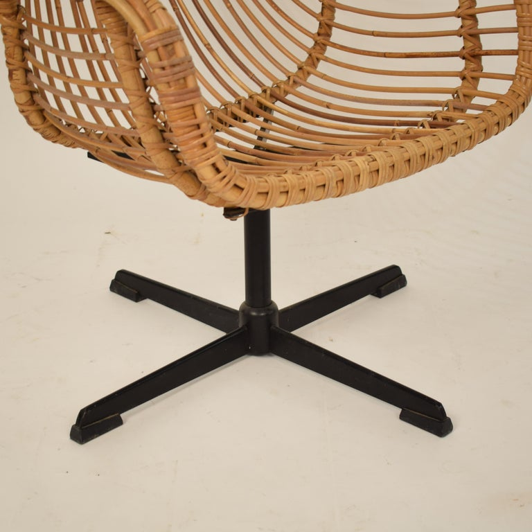 Midcentury French Rotatable Rattan Armchair with Black Metal Base For Sale 8