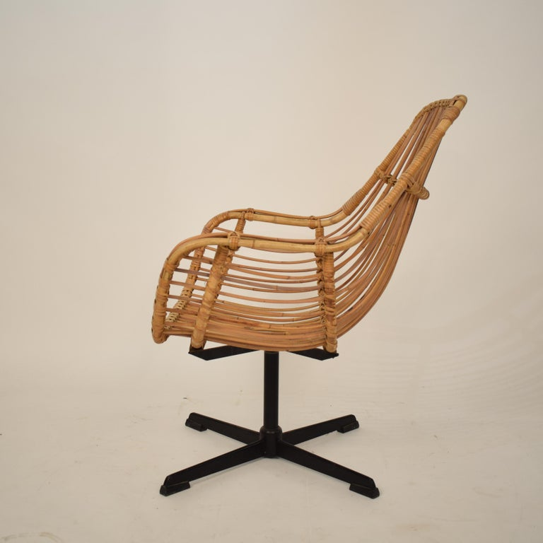 Lacquered Midcentury French Rotatable Rattan Armchair with Black Metal Base For Sale