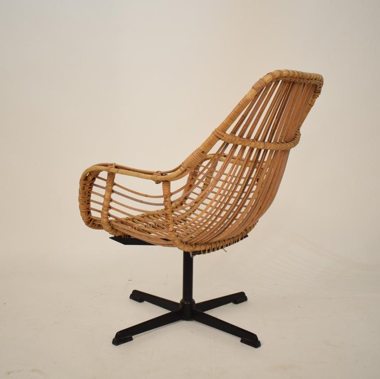 Midcentury French Rotatable Rattan Armchair with Black Metal Base In Good Condition For Sale In Berlin, DE