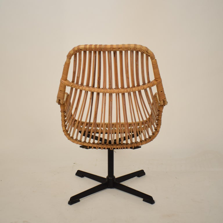 Midcentury French Rotatable Rattan Armchair with Black Metal Base For Sale 2