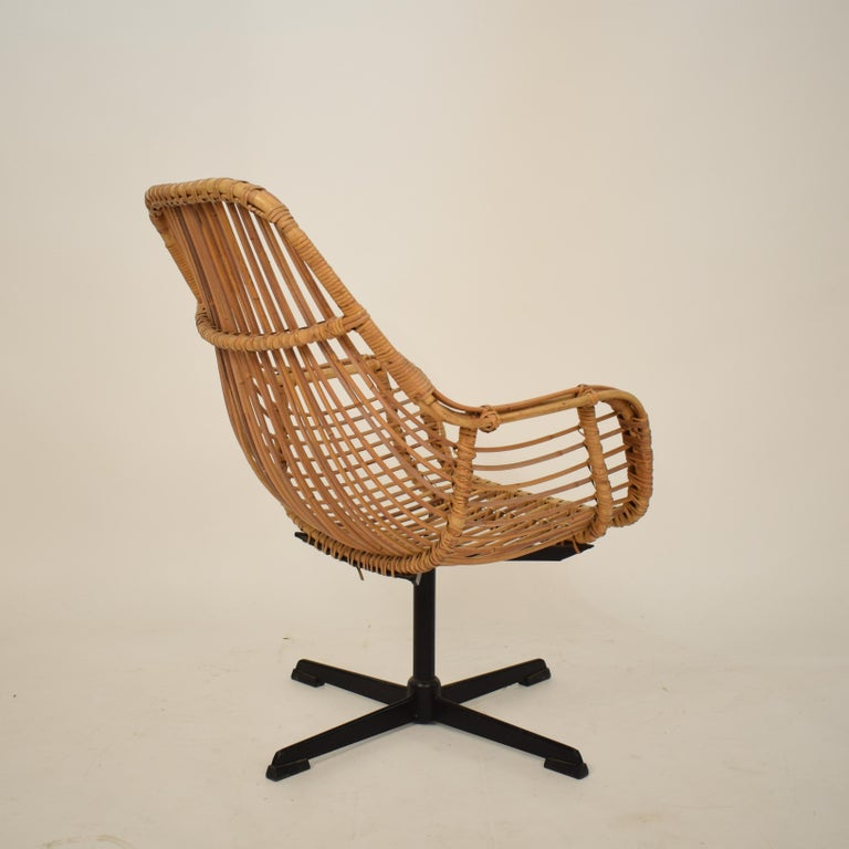 Midcentury French Rotatable Rattan Armchair with Black Metal Base For Sale 3