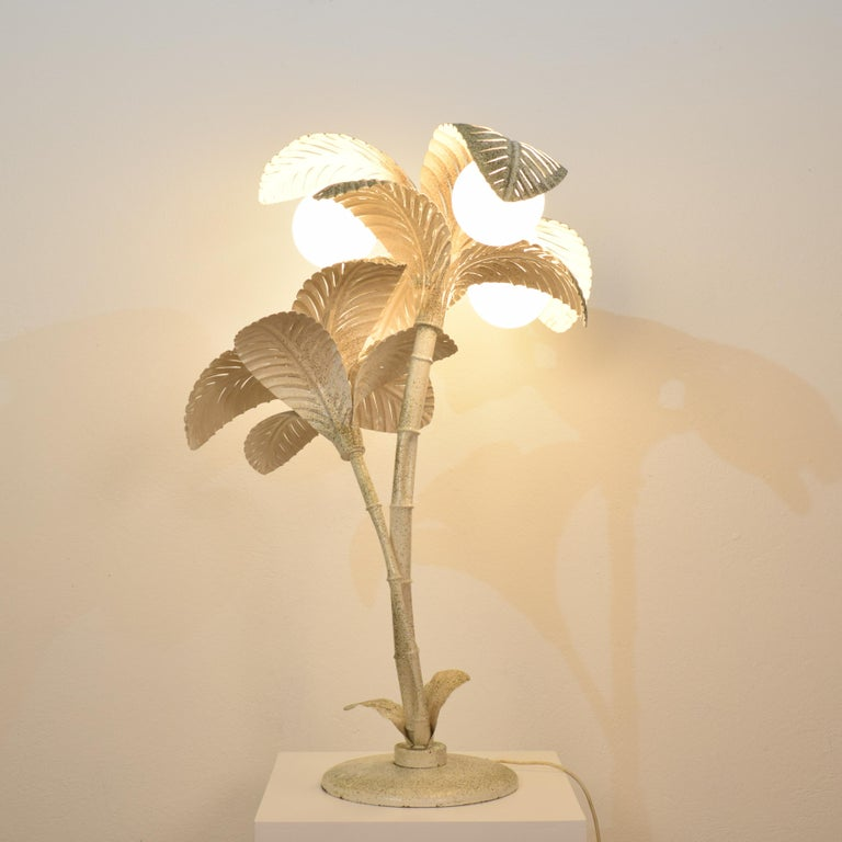 Midcentury French White / Gold Lacquered Metal Palm Floor / Table Lamp, 1970 In Good Condition For Sale In Berlin, DE