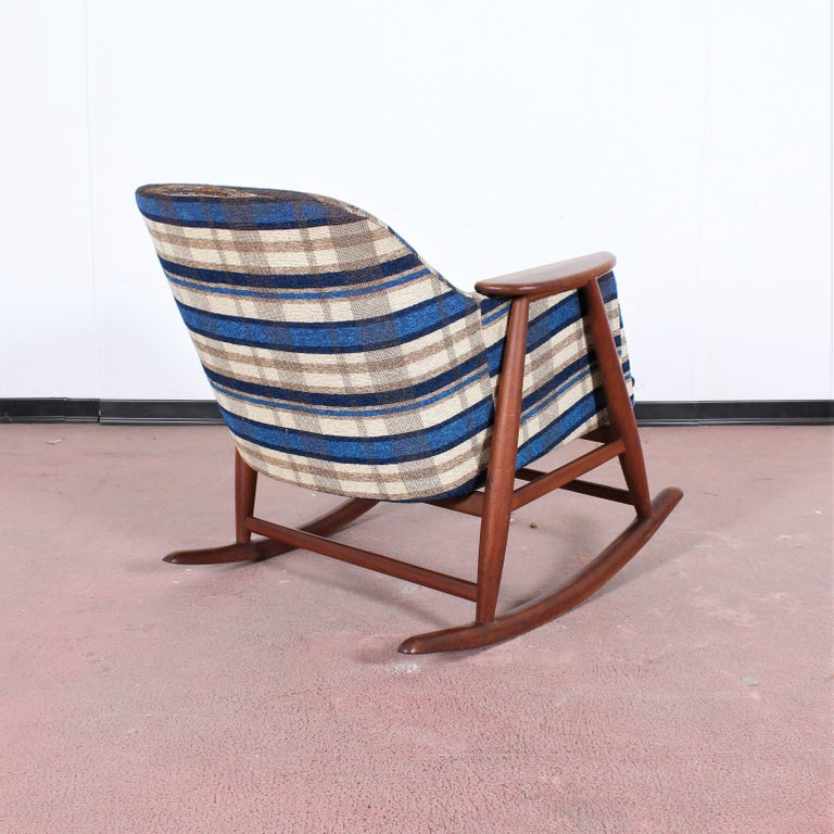 Midcentury G. Frattini Wooden Rocking Chair Tartan Fabric, Italy, 1960s In Good Condition For Sale In Palermo, IT