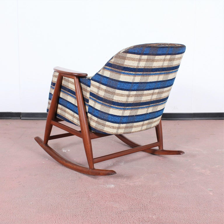 Midcentury G. Frattini Wooden Rocking Chair Tartan Fabric, Italy, 1960s For Sale 1