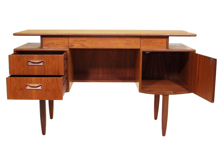 Midcentury G Plan Fresco Teak Desk / Vanity In Good Condition For Sale In Norcross, GA