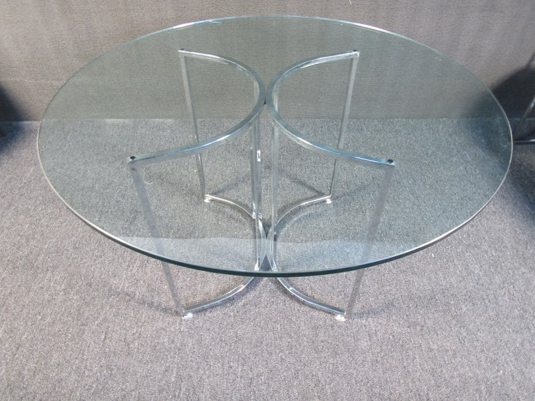 Stylish Mid-Century Modern dining set, table with four chairs. Tufted white vinyl upholstery. Chrome frames on the chairs and table. Nice circular piece of glass serves as the tabletop. Please confirm item location with dealer (NJ or NY).