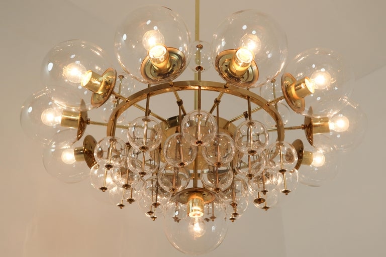 Midcentury Hotel Chandelier with Brass Fixture and Hand-Blowed Glass Globes In Good Condition For Sale In Almelo, NL