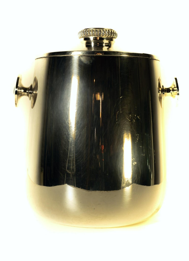 An elegant classic ice bucket with lid by Macabo Milano, Italy in silver guilt metal. Stamped in the bottom.