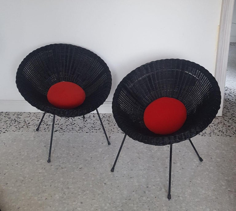 Black lacquered natural wicker round armchair, with black lacquered frame and round cushion in velvet lobster color.