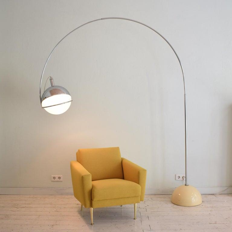 Midcentury Italian Chrome and White Floor Lamp Focus by Fabio Lenci for Guzzini In Good Condition In Berlin, DE