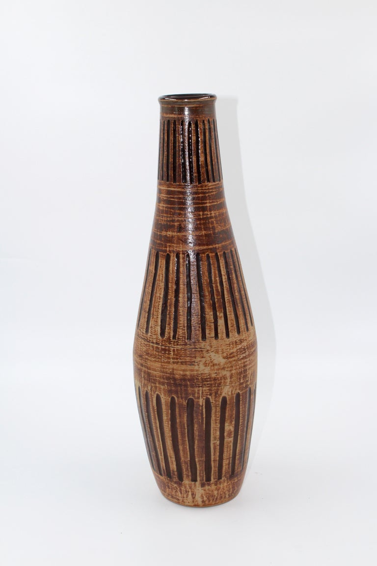A large ceramic vase made by Egon Larsson for Höganäs Keramik in the mid-20th century. Very good vintage condition.