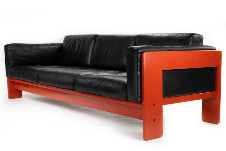 Comfortable and with a clean lines design. Bastiano sofa in black leather and red lacquered wood (Very few of this piece with this finish).  Designed by Tobia Scarpa in 1962 and produced by Gavina.