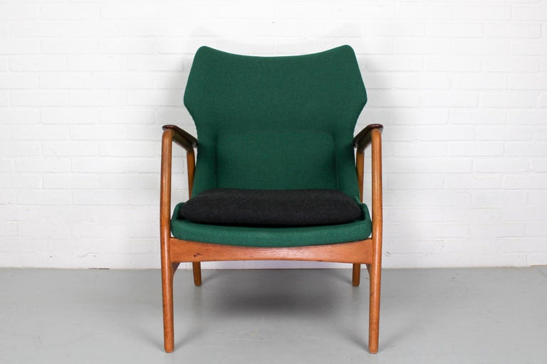 Lounge chair by Aksel Bender Madsen for Bovenkamp, 1960s. Beautiful frame in combination of teak and oak. Chair is in excellent condition, with new upholstery (Kvadrat Tonica).  Dimensions: Lounge chair 85 cm H, 66 cm W, 72 cm D.