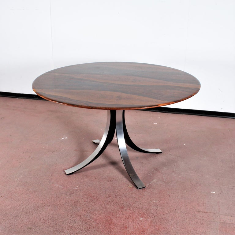 Beautiful dining table with circular top in lacquered brown wood with four saber feet in brushed metal. Mod. 69 by Osvaldo Borsani and Eugenio Gerli for Tecno in 1963.