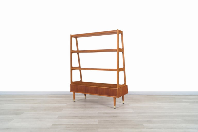 Mid-Century Modern 4-Tier Walnut Bookshelf For Sale 7