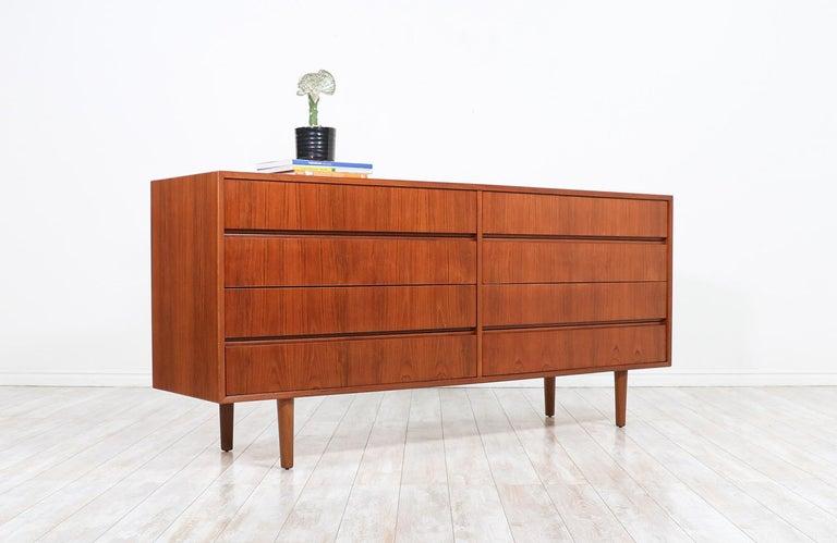Scandinavian Modern Mid-Century Modern 8-Drawer Teak Dresser For Sale