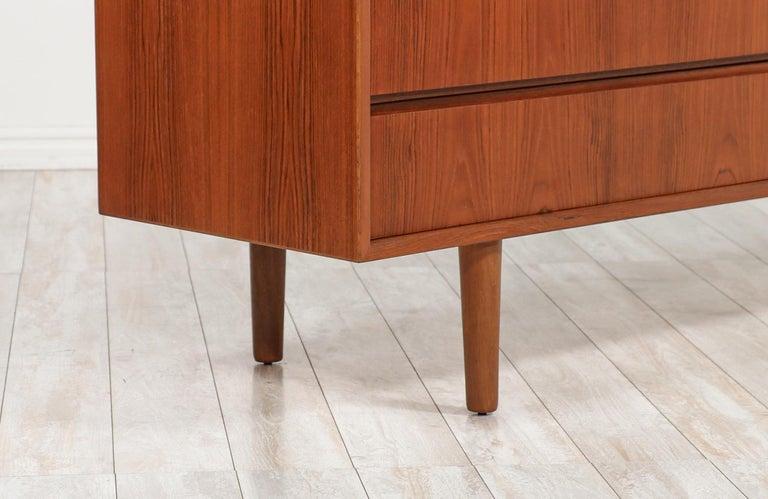 Mid-Century Modern 8-Drawer Teak Dresser For Sale 1