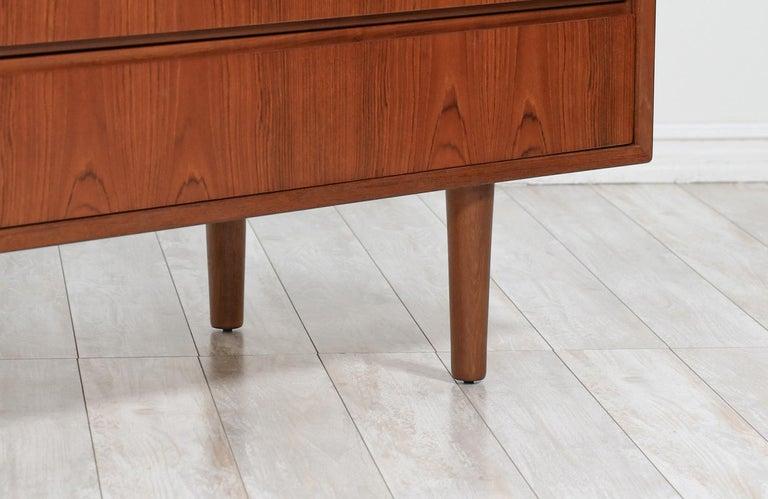 Mid-Century Modern 8-Drawer Teak Dresser For Sale 2
