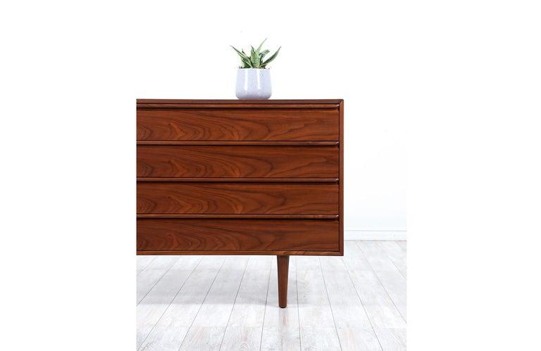 Mid-Century Modern 8-Drawer Walnut Dresser by Westnofa For Sale 1